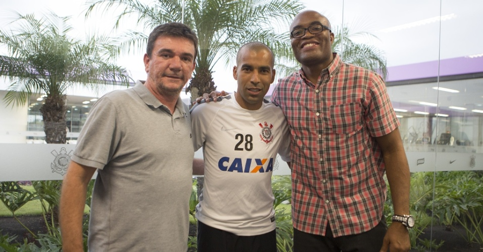 Anderson Silva visita o CT do Corinthians e posa ao lado de Andrés Sánchez e Emerson Sheik
