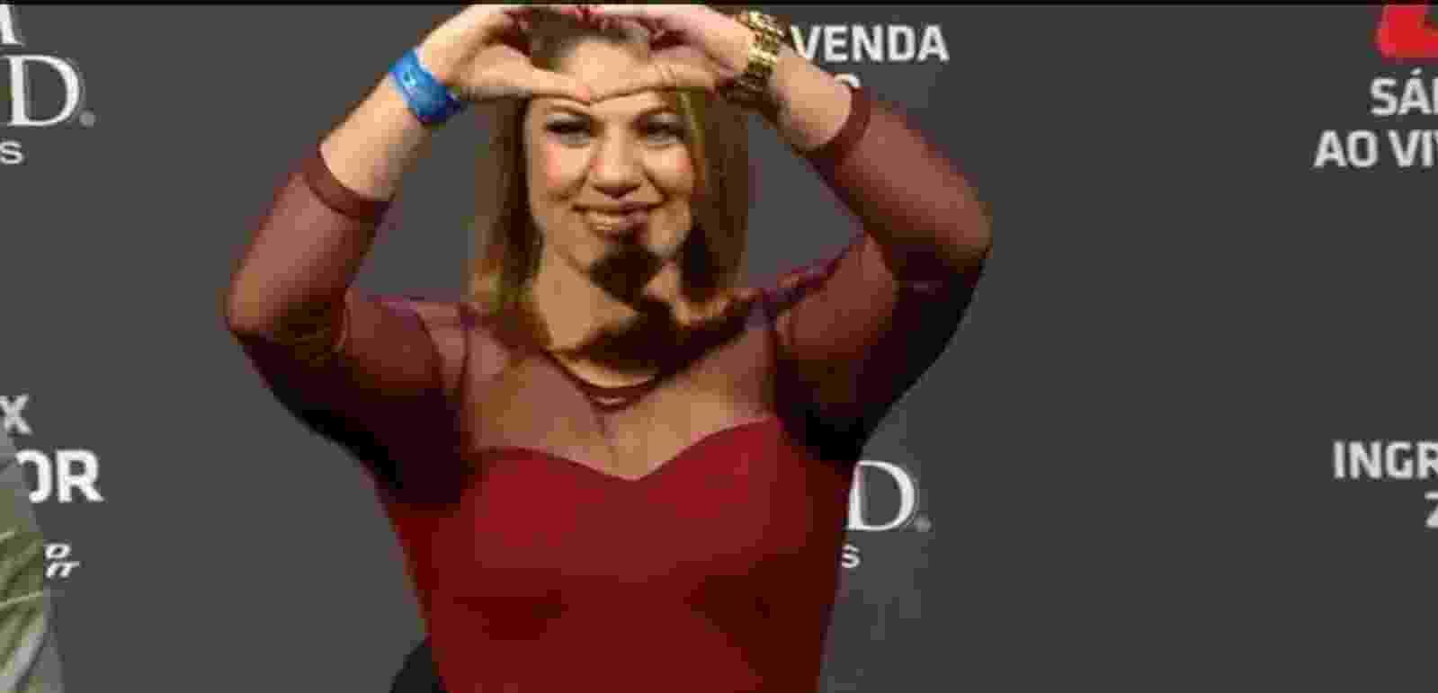 Bethe Correia faz coração com as mãos para a torcida durante entrevista coletiva ao lado de Ronda Rousey - Reprodução