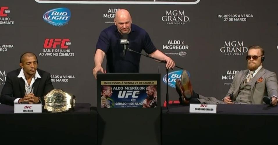 Dana White, presidente do UFC, faz a mediação da entrevista coletiva de José Aldo e Conor McGregor