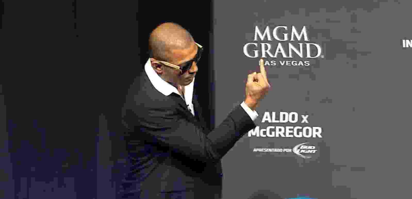 José Aldo chega à coletiva mostrando o dedo do meio para Conor McGregor - Reprodução
