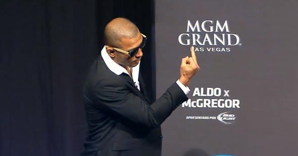 José Aldo chega à coletiva mostrando o dedo do meio para Conor McGregor