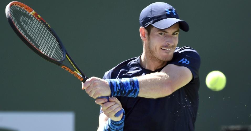 Andy Murray rebate bola em partida contra Novak Djokovic