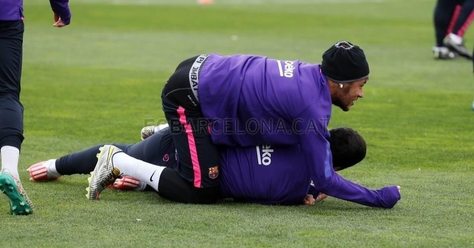 Neymar brinca com Luis Suárez em treinamento às vésperas de clássico do Barcelona contra o Real Madrid