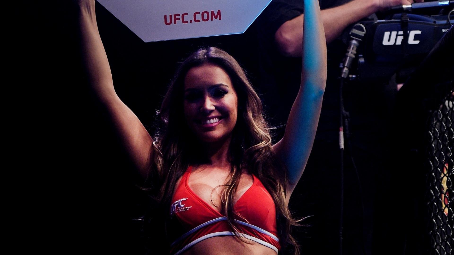 55bc3cc88 Ring girl Luciana Andrade exibe suas curvas durante o UFC Rio