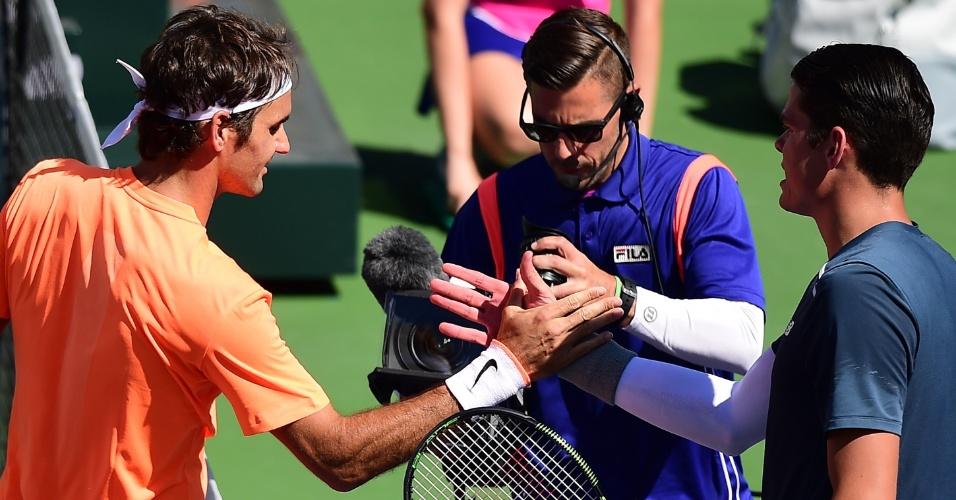 Roger Federer e Milos Raonic se cumprimentam depois da vitória do suíço por 2 sets a 0