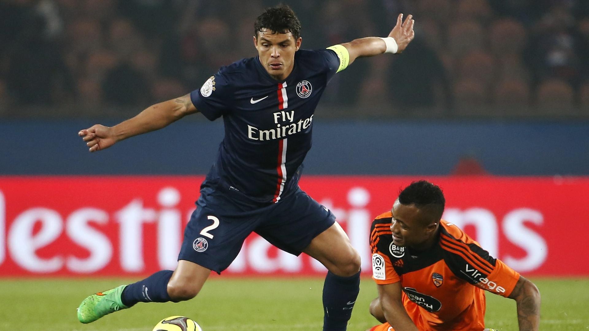 Thiago Silva, zagueiro do PSG, domina a bola sob o olhar de Jordan Ayew, do Lorient, em jogo do Campeonato Francês