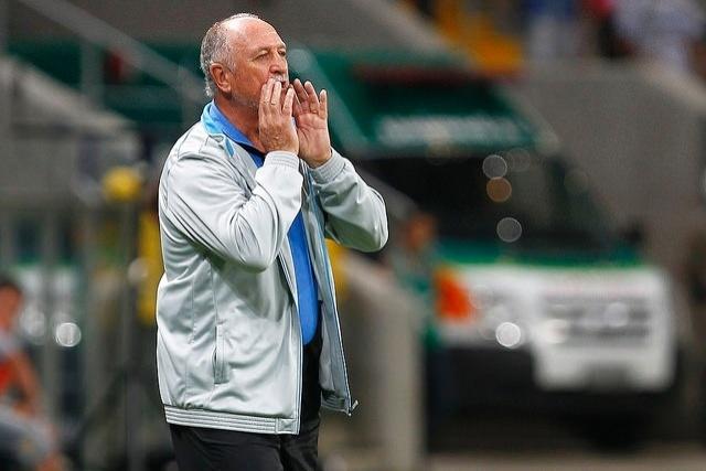22 mar 2015 - Felipão orienta jogadores do Grêmio em vitória sobre o Lajeadense, na Arena