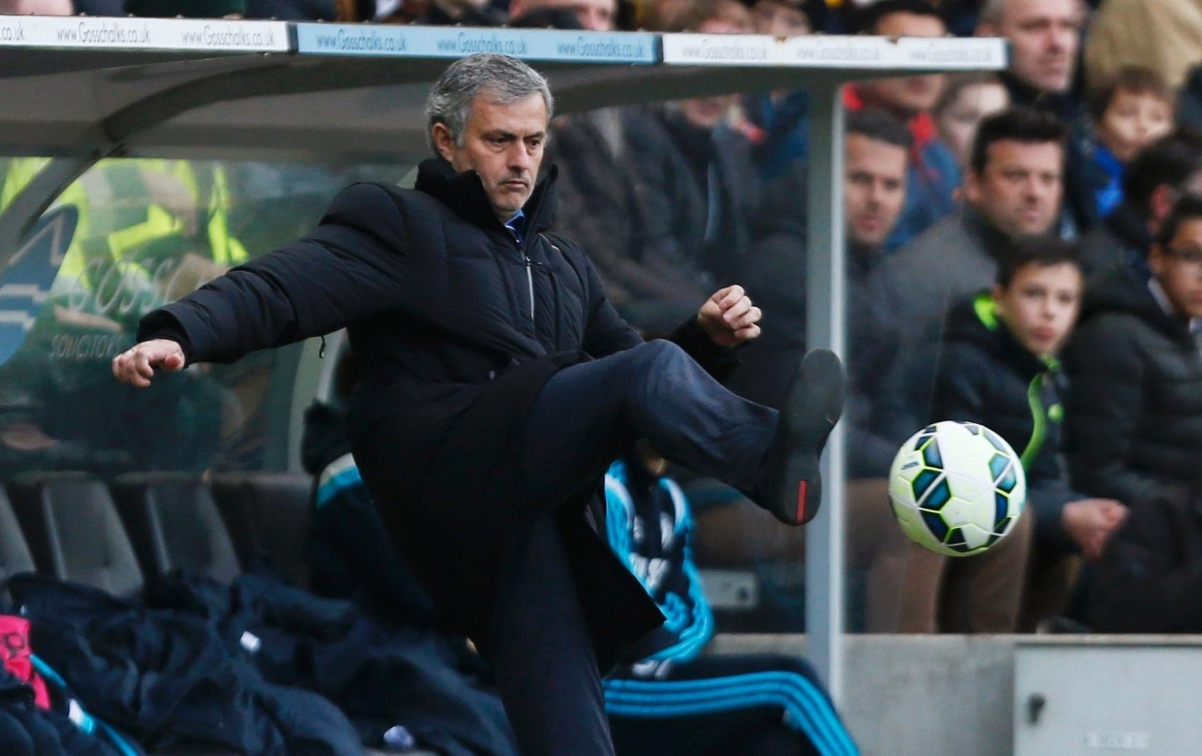 José Mourinho não mostrou grande habilidade ao tentar dominar uma bola