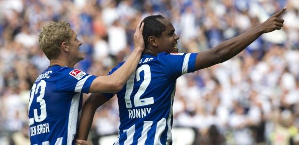 Ronny (à direita) comemora após marcar pelo Hertha Berlim