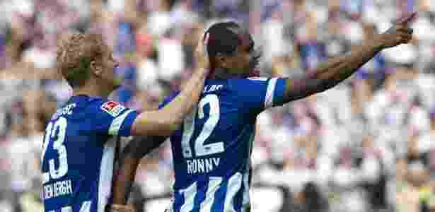 Ronny (à direita) comemora após marcar pelo Hertha Berlim - John MacDougall/AFP