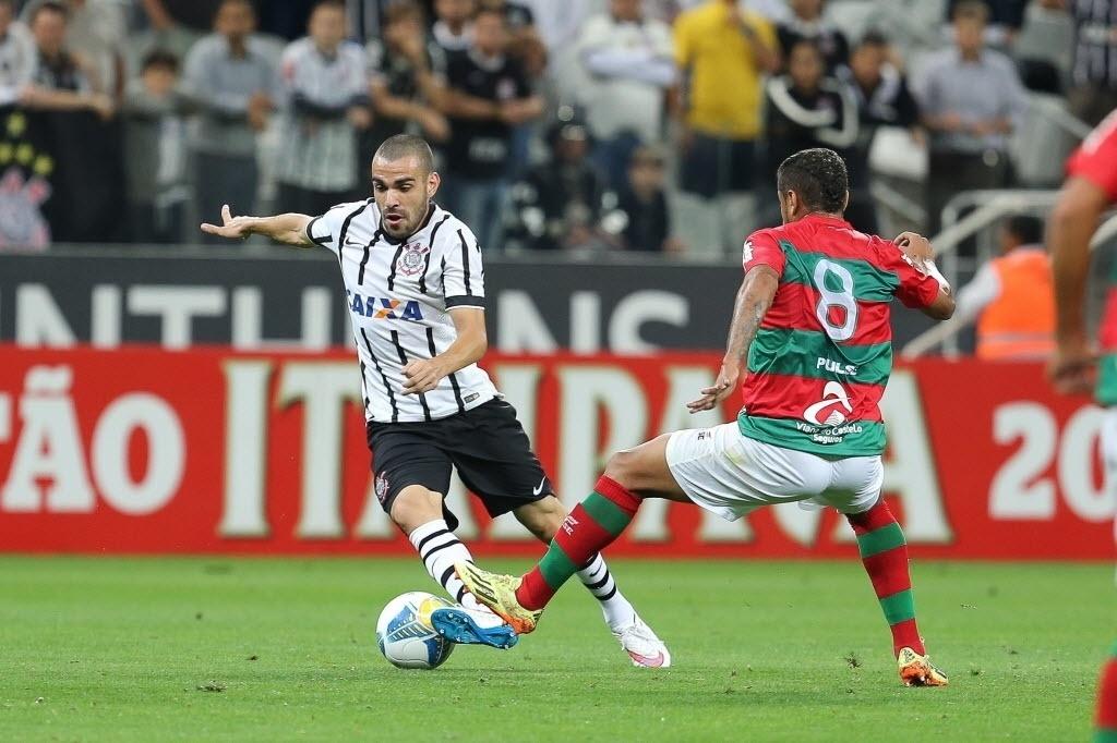 Bruno Henrique dribla meio-campista da Portuguesa durante jogo do Corinthians