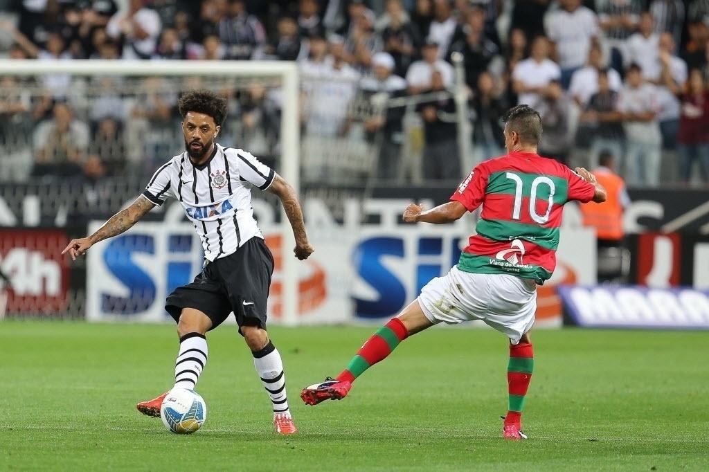 Cristian passa a bola no jogo do Corinthians contra a Portuguesa válido pela 4ª rodada do Paulistão