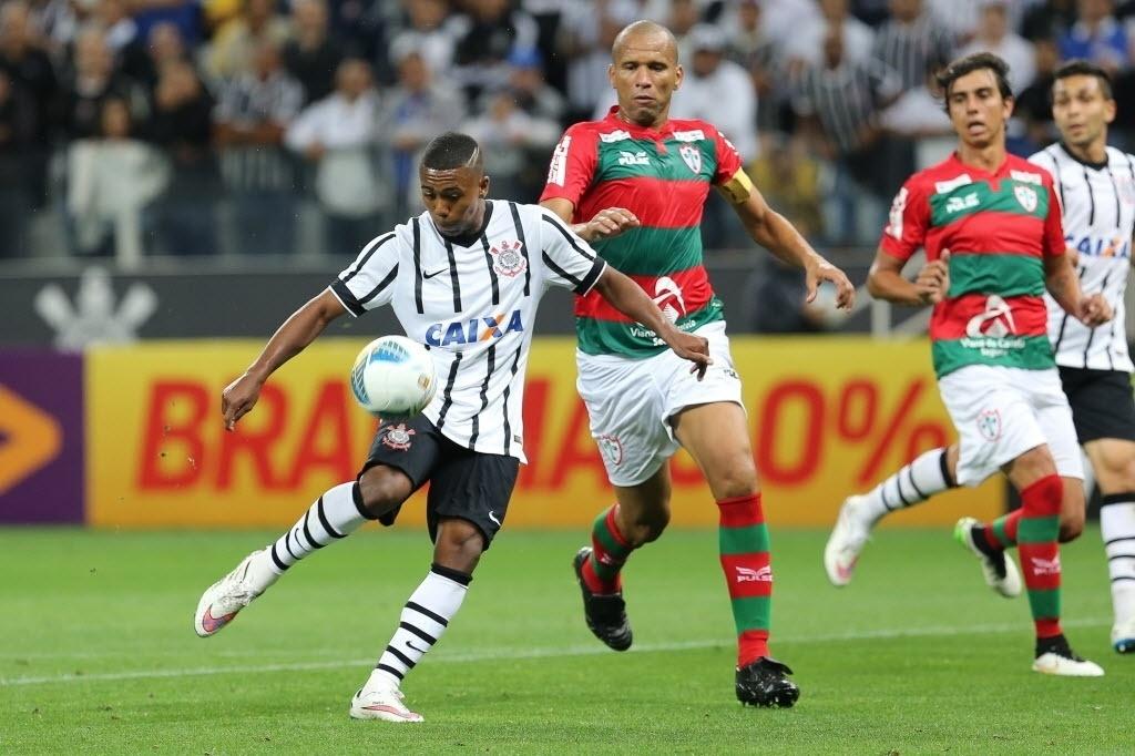 Malcom disputa bola com Valdomiro no jogo entre Corinthians x Portuguesa pelo Paulista