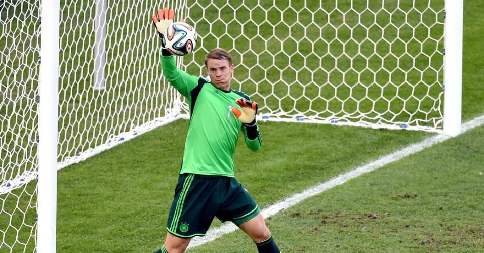 Neuer, da Alemanha, faz defesa com o braço direito em chute de Benzema, da França, pelas quartas da Copa de 2014