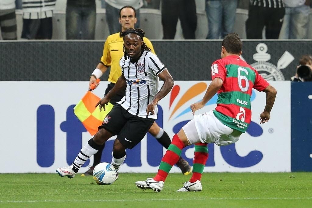 Wagner Love em ação pelo Corinthians contra a Portuguesa