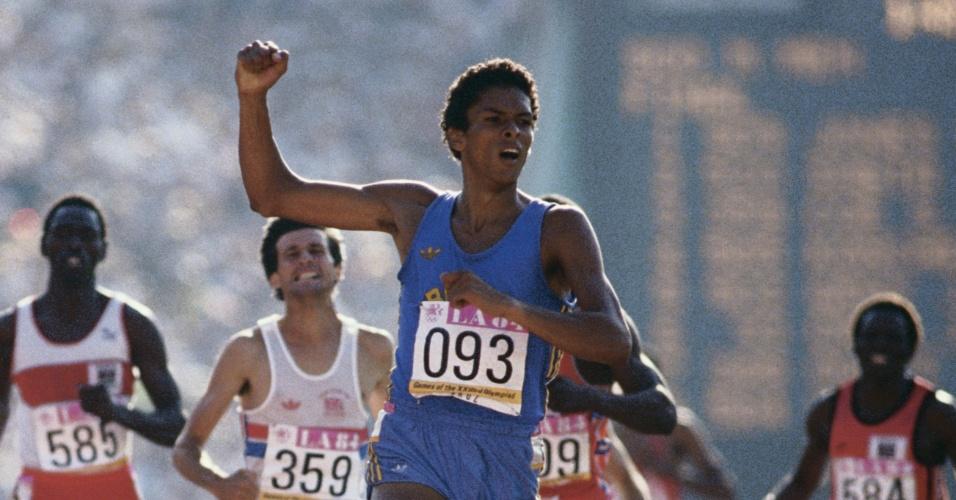 Joaquim Cruz conquista a medalha de ouro dos Jogos Olímpicos de 1984 nos 800m rasos