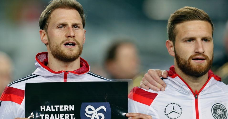 Jogadores da Alemanha, durante minuto de silêncio em homenagem às vítimas do acidente aéreo