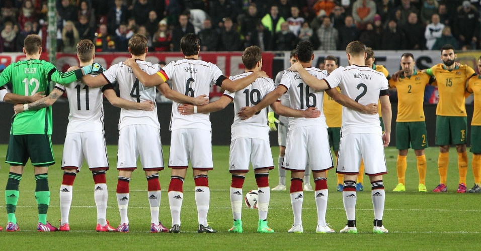 Jogadores prestam homenagem às vítimas do acidente aéreo que matou 150 pessoas nos Alpes franceses