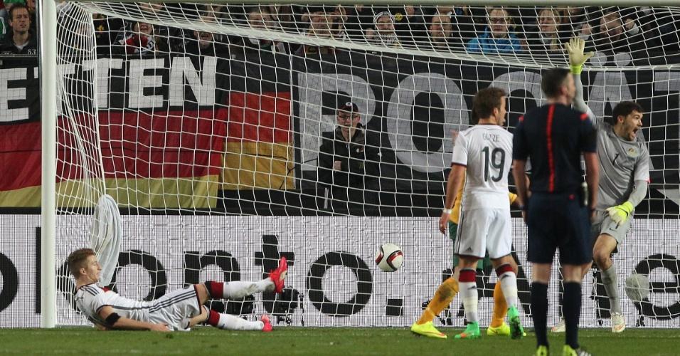 Marco Reus abre o placar para a Alemanha, mas o gol é anulado por impedimento