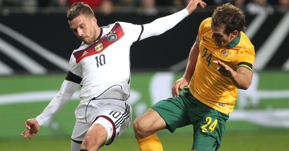 Podolski chuta para empatar o jogo entre Alemanha e Austrália