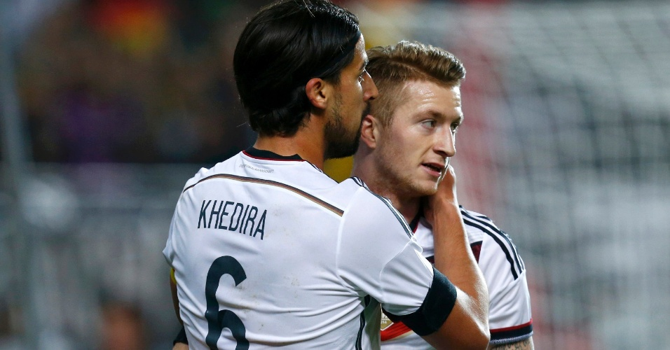 Reus comemora com Khedira o primeiro gol da Alemanha sobre a Austrália
