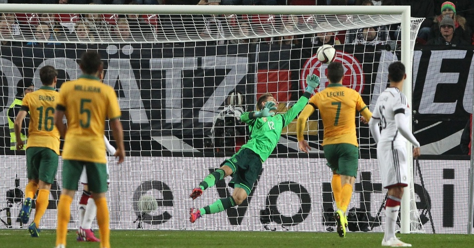 Zieler tenta, mas não consegue evitar o segundo gol da Austrália contra a Alemanha, marcado por Mile Jedinák
