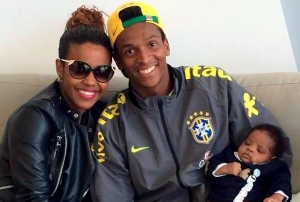 26.mar.2015 Um ano sem marcar: Claudia, mulher de Jô, leva filho do casal para concentração, em junho de 2014