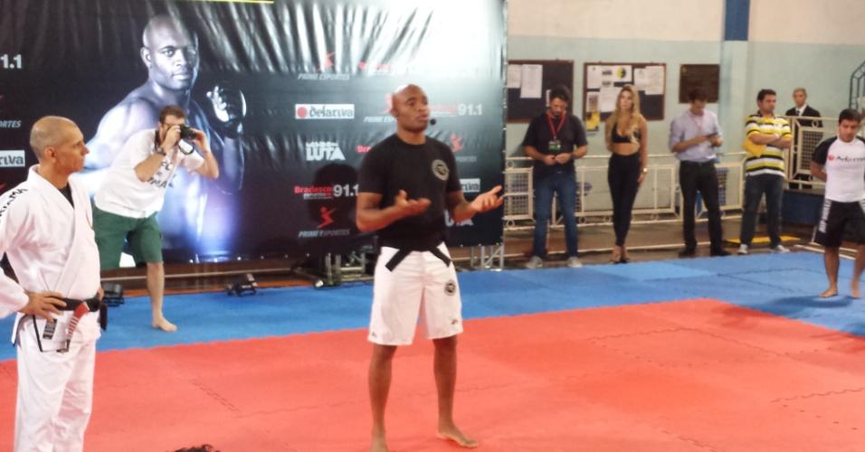 Anderson Silva dá palestra durante seminário no Rio de Janeiro