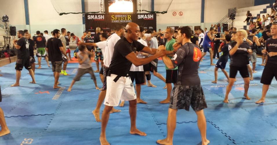 Anderson Silva ensina aluno a lutar em seminário no Rio de Janeiro