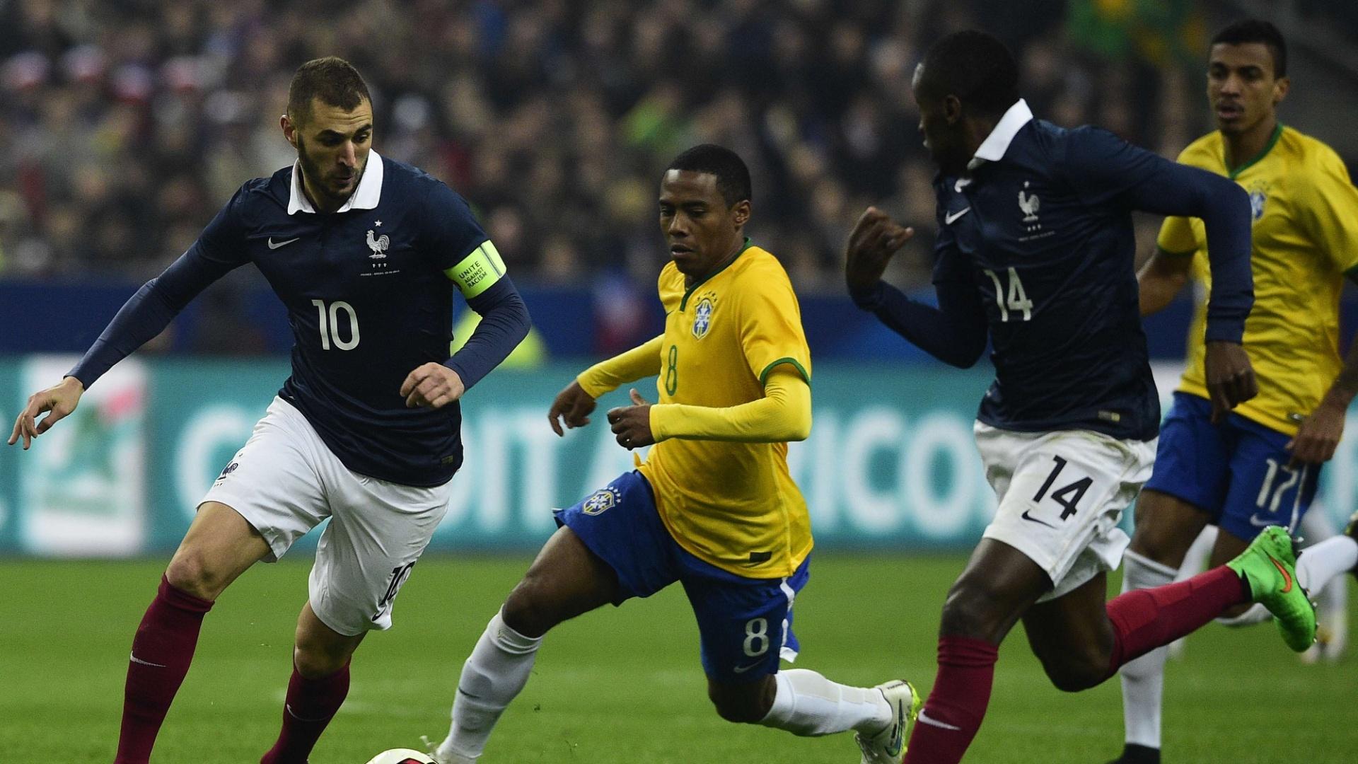 Elias tenta escapar da marcação francesa durante amistoso da seleção brasileira em Paris