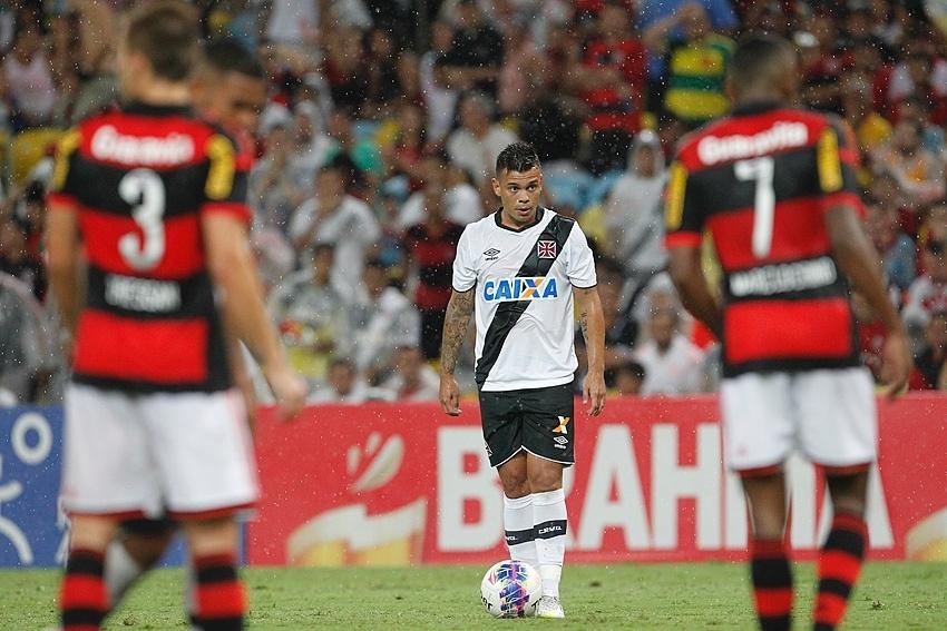 Meia Bernardo é um dos especialistas do Vasco na bola parada
