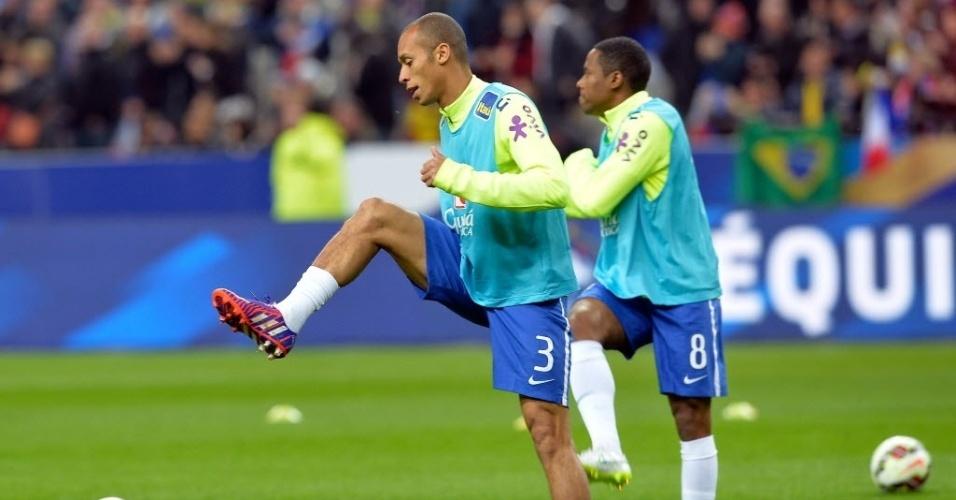 MIranda e Elias se aquecem para amistoso da seleção em Paris