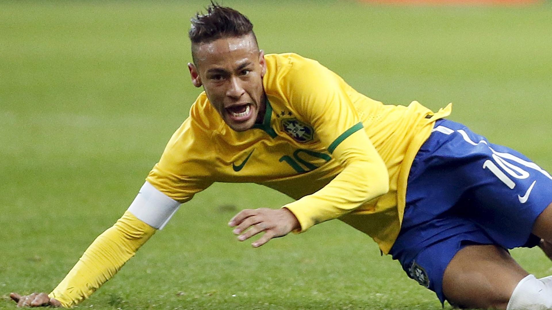 Neymar, com uma marca branca na testa, em ação no amistoso entre França e Brasil