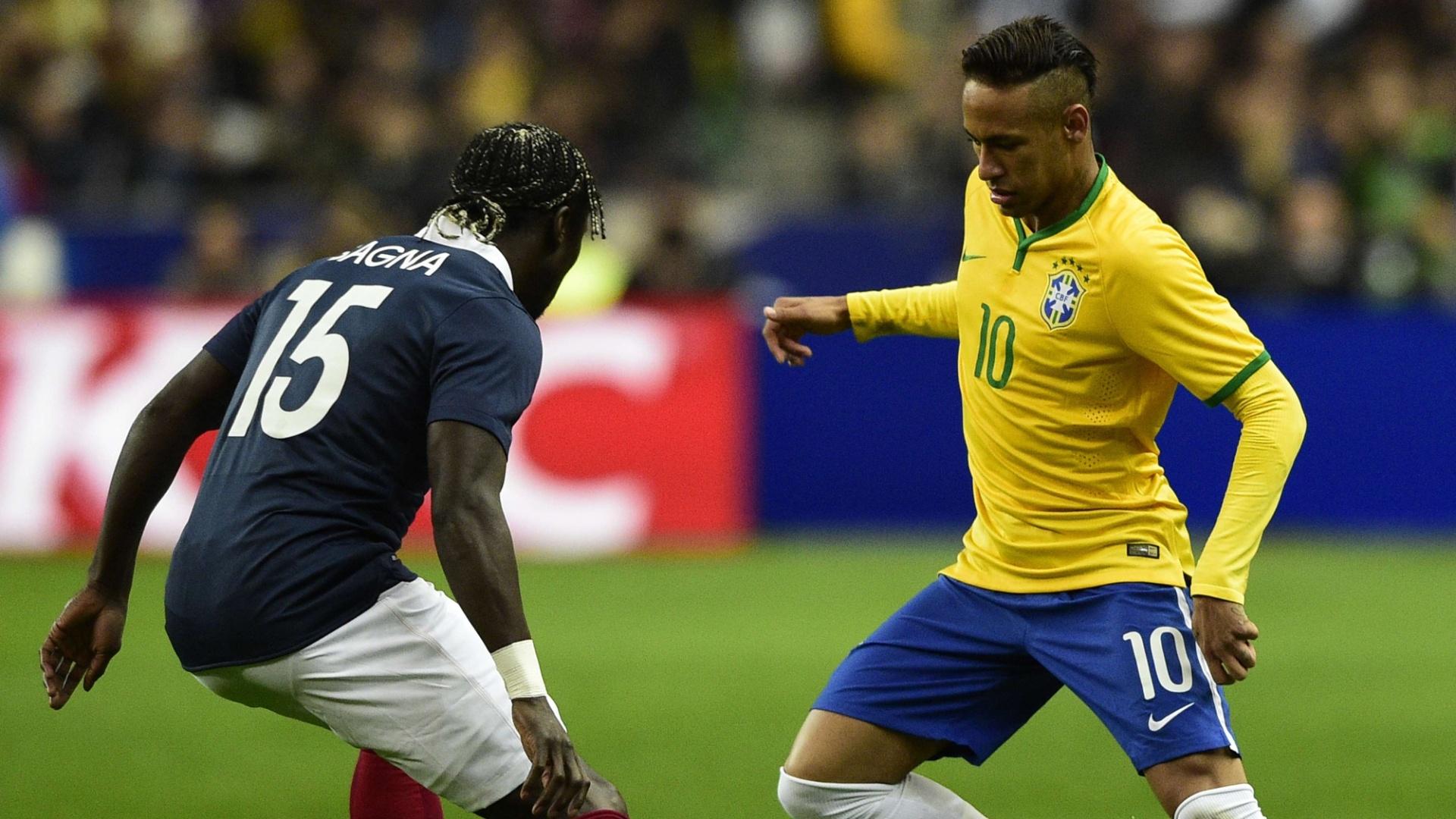 Neymar encara a marcação de Sagna no amistoso entre França e Brasil, em Paris