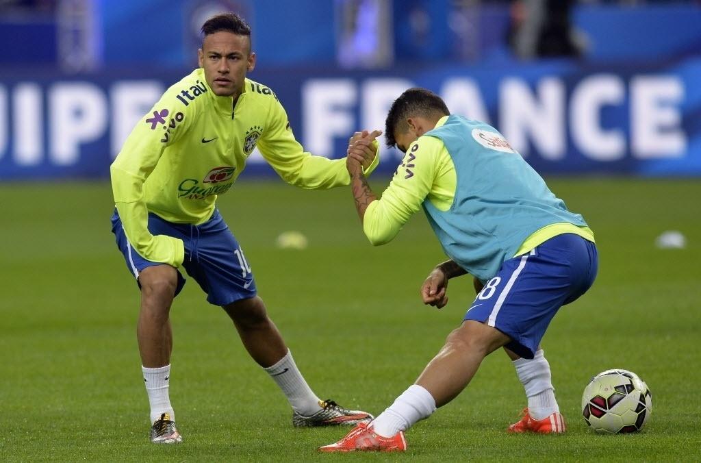 Neymar se aquece para amistoso da seleção em Paris