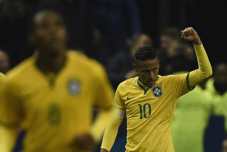 Neymar vira o placar para o Brasil no segundo tempo da partida contra a França, em Paris