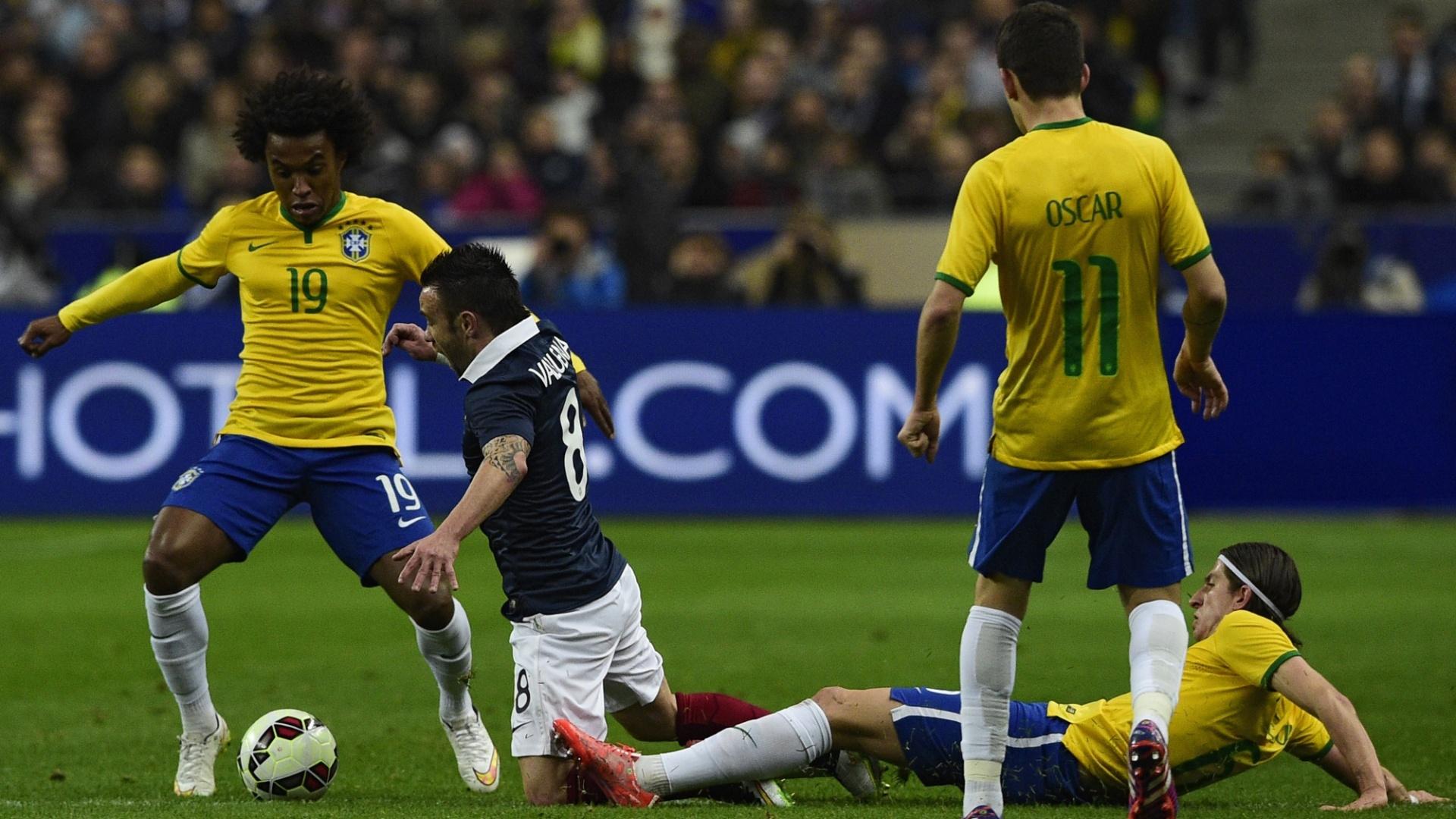 Willian disputa a bola com Valbuena na partida entre França e Brasil, no Stade de France