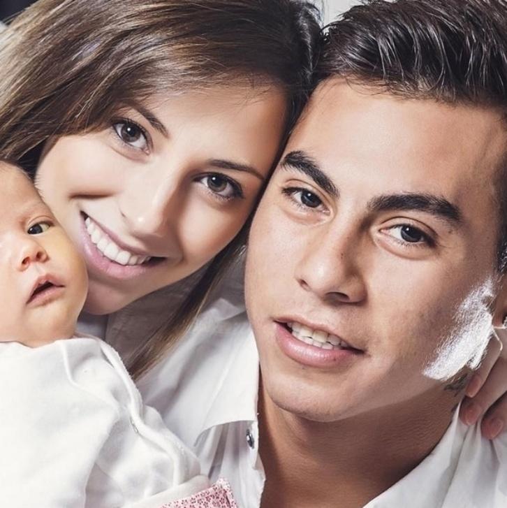 28.mar.2015 - Chileno Eduardo Vargas fez brasileira 'virar a casaca': Daniela Colett com a filha, Antonella.