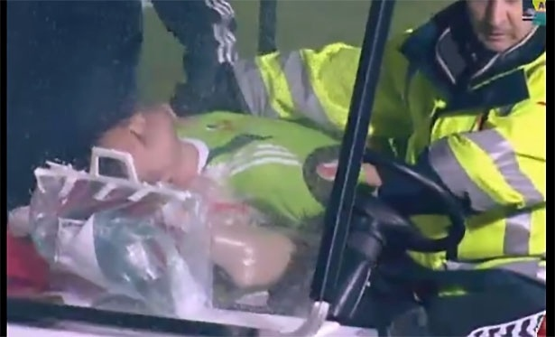 Akinfeev sai de maca após ser atingido por sinalizador em jogo da Rússia