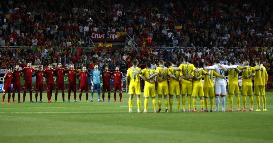 Jogadores de Espanha e Ucrânia fazem minuto de silêncio em memória dos 152 mortos em acidente aéreo da German Wings