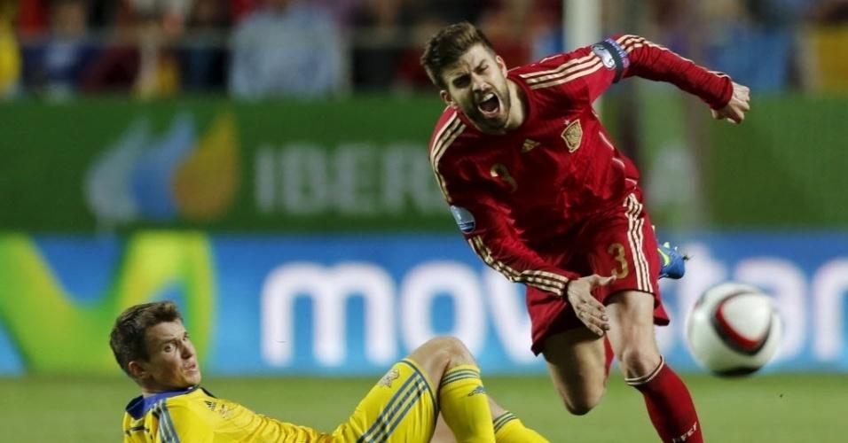 Pique sofre falta dura durante jogo da Espanha contra a Ucrânia pelas eliminatórias da Euro 2016