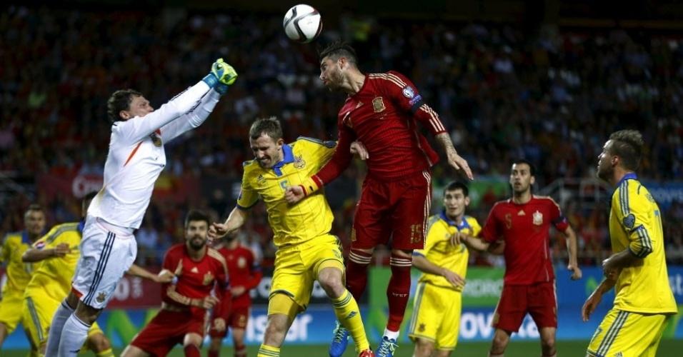 Sergio Ramos sobe alto para cabecear bola em jogo da Espanha contra a Ucrânia