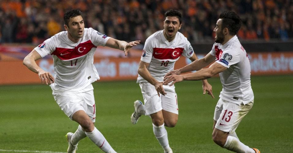 Burak Yilmaz comemora gol da Turquia no duelo contra a Holanda pelas eliminatórias da Euro 2016