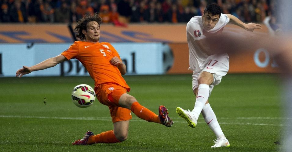 Burak Yilmaz, da Turquia, chuta para gol em jogo frente à Holanda pelas eliminatórias da Euro 2016