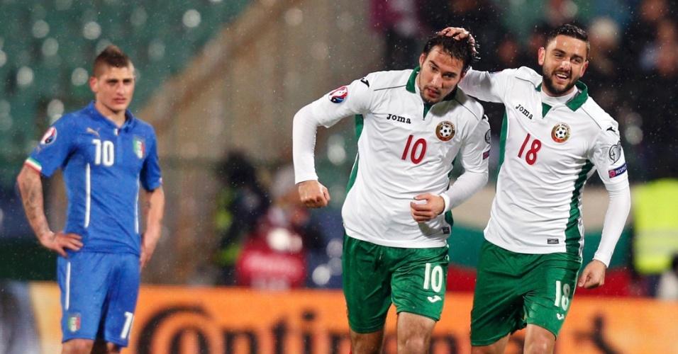 Ivelin Popov (10) e Vladimir Gadzhev (18) comemoram gol da Bulgária em jogo contra a Itália pelas eliminatórias da Euro 2016