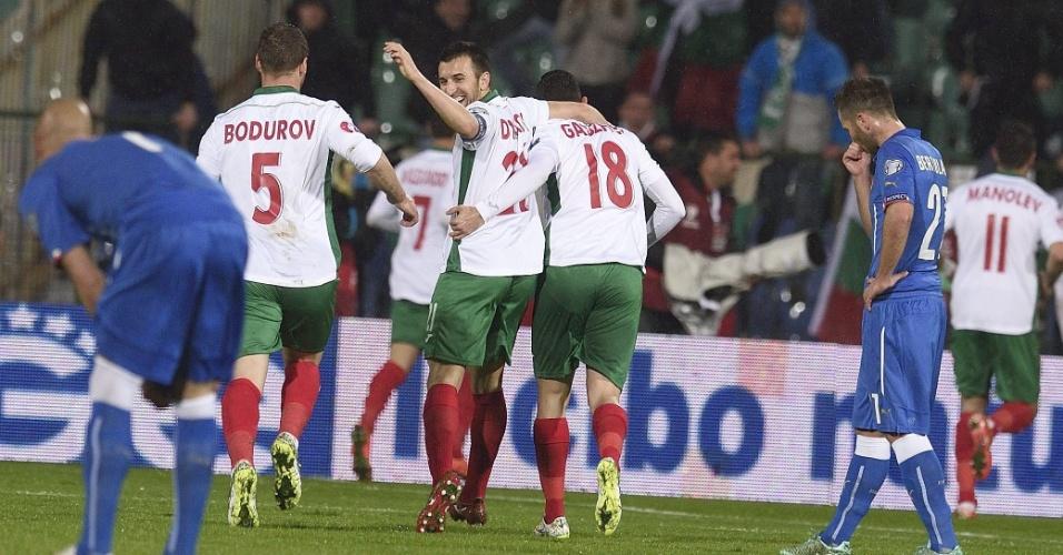 Jogadores da Bulgária comemoram gol em jogo contra a Itália pelas eliminatórias da Euro 2016