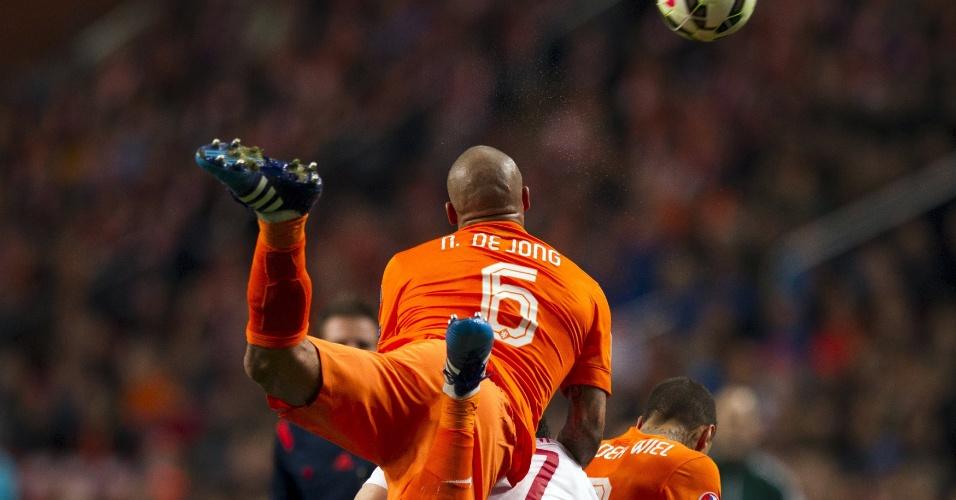Nigel de Jong divide por cima com Burak Yilmaz no duelo Holanda x Turquia pelas eliminatórias da Euro 2016