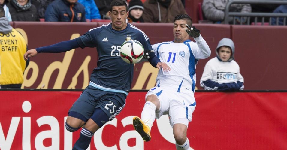 Ramiro Funes-Mori e Nelson Bonilla dividem bola no amistoso El Salvador x Argentina, em Washington (EUA)