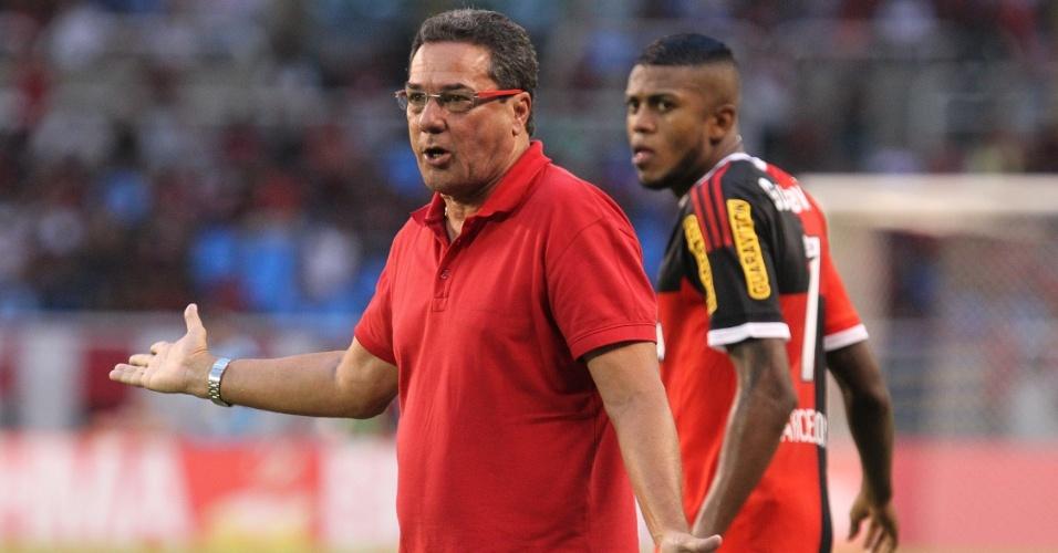 Vanderlei Luxemburgo orienta o Flamengo na vitória sobre o Bonsucesso no Engenhão
