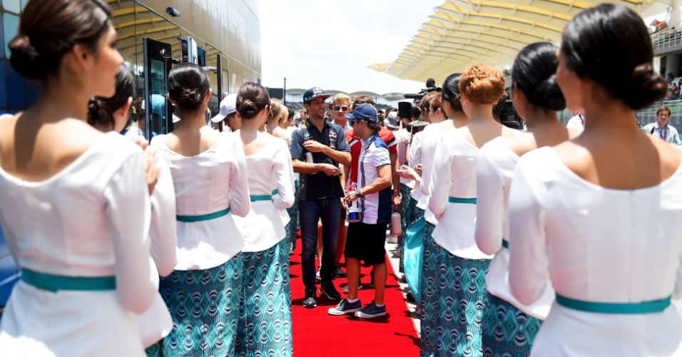 29.mar.2015 - Daniel Ricciardo e Felipe Massa conversam antes da largada do GP da Malásia